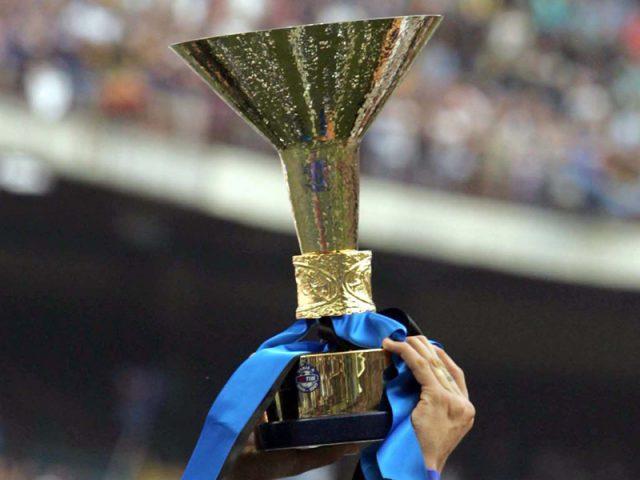 Chiếc cúp vinh dự của nhà vô địch